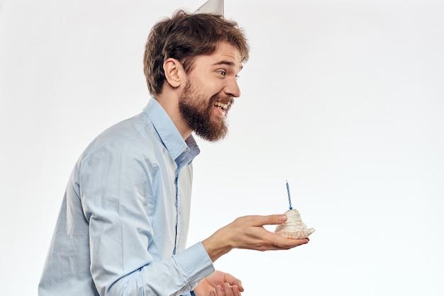 Bolo de homem barbudo com decoração festiva de aniversário