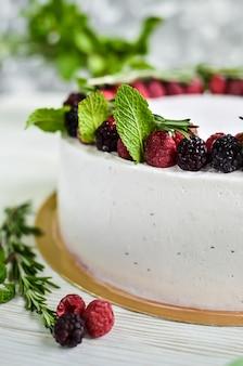 Bolo de iogurte branco fresco com framboesas frescas e amoras