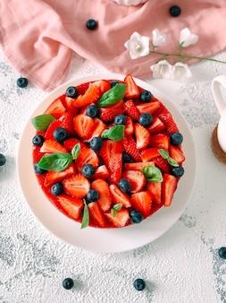 Bolo de iogurte com morangos, mirtilos e hortelã