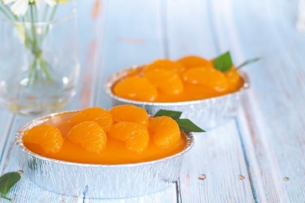 Bolo de laranja caseiro na mesa vintage de madeira