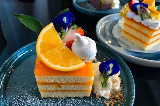 Bolo de laranja com cobertura de laranja no prato pronto para comer