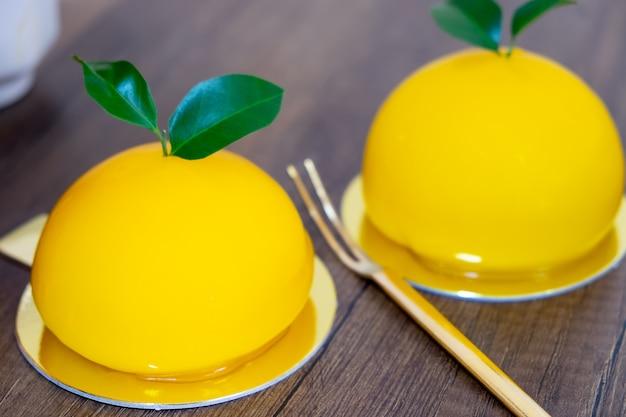 Bolo de laranja feito de laranja redonda como laranja real