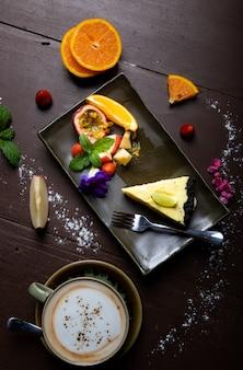 Bolo de limão colocado sobre uma mesa de madeira