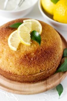 Bolo de limão com chantilly.