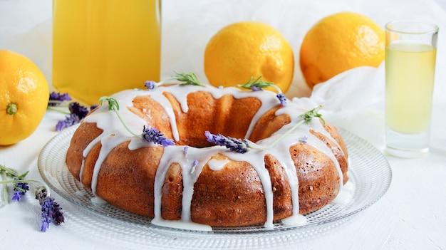 Bolo de limão com limoncello caseiro e lavanda