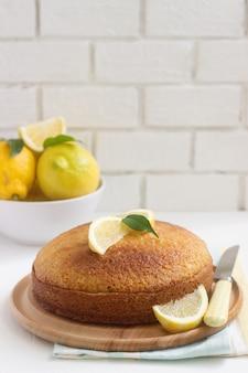 Bolo de limão e lavanda e limões. estilo rústico.