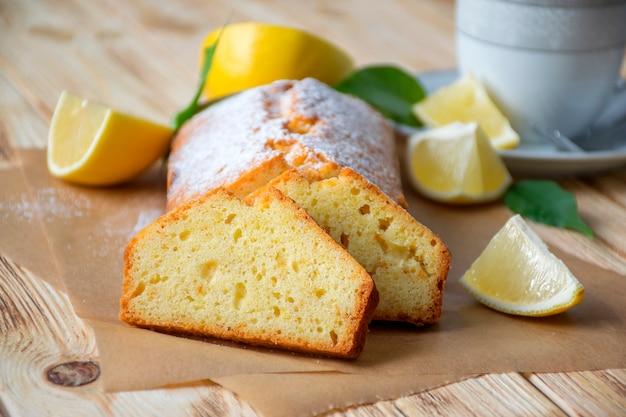 Bolo de limão úmido com açúcar em pó no pergaminho
