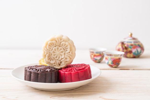 Bolo de lua chinesa com macadâmia e sabor de chocolate branco para o festival do meio outono