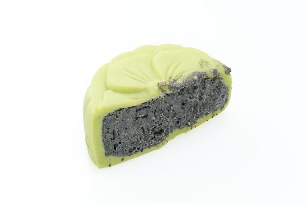 Bolo de lua chinesa com sabor de chá verde com gergelim preto isolado no fundo branco