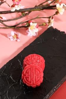 Bolo de lua de pele de neve colorido vermelho. nova variação de mooncake, mochi dough filled custard, red bean ou mung bean paste. moldado em molde mooncake.