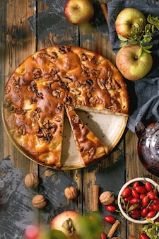 Bolo de maçã caseiro com maçãs frescas para jardinagem