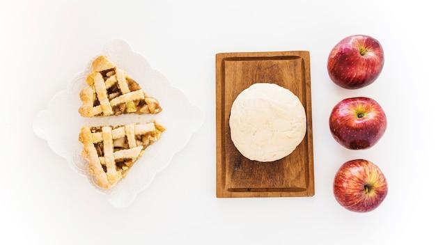 Bolo de maçã perto de massa e frutas