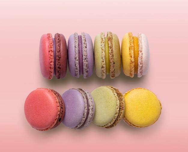Bolo de macaron ou macaroon em fundo rosa Foto Premium