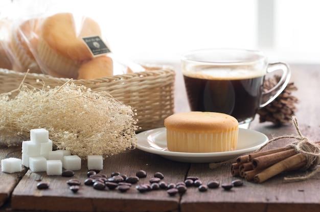 Bolo de manteiga com copo de café quente adequado para o fundo e todo o design de obras de arte