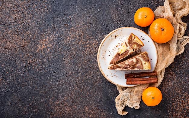 Bolo de mármore caseiro com chocolate e laranja
