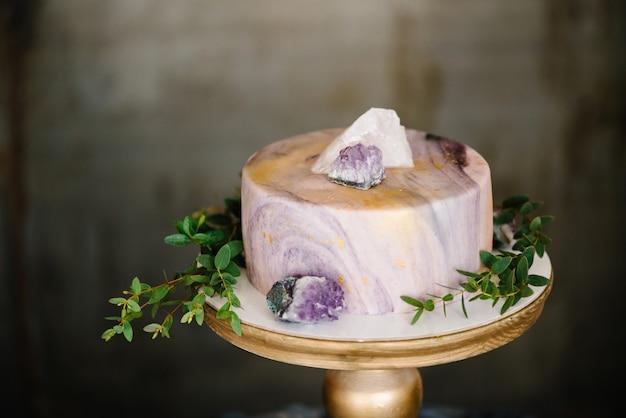 Bolo de mármore elegante com pedras, cristais.