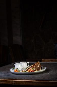 Bolo de mel com gotas de chocolate e frutas vermelhas na mesa