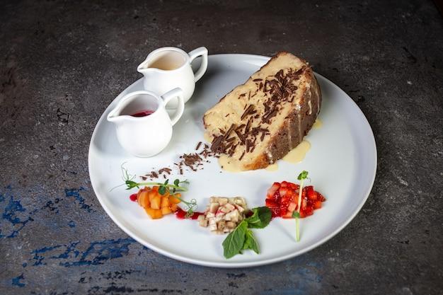 Bolo de mel com gotas de chocolate em um café em um prato branco