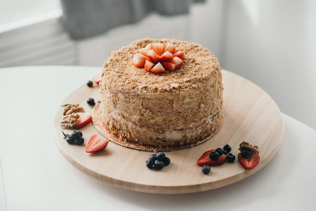 Bolo de mel delicioso com frutas vermelhas, confeitaria caseira, bolo de aniversário feito em casa
