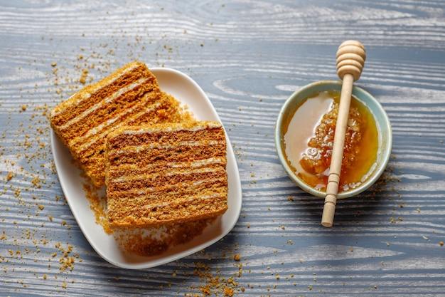 Bolo de mel em camadas doce caseiro com especiarias e nozes.