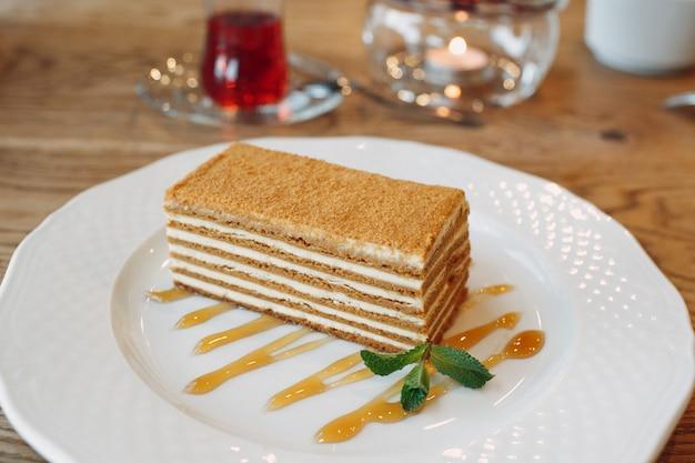 Bolo de mel em um prato decorado com hortelã