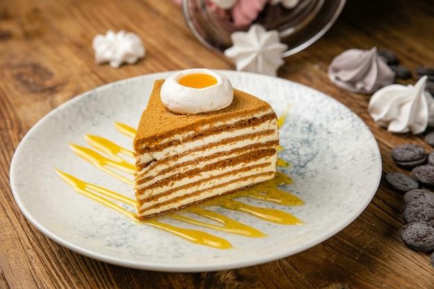 Bolo de mel em um prato sobre uma mesa de madeira