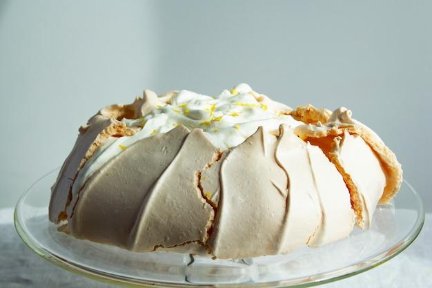 Bolo de merengue caseiro pavlova com chantilly. bolo de verão. sobremesa crocante. close-up vista