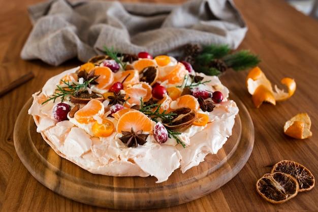Bolo de merengue com frutas cítricas e rosa mosqueta