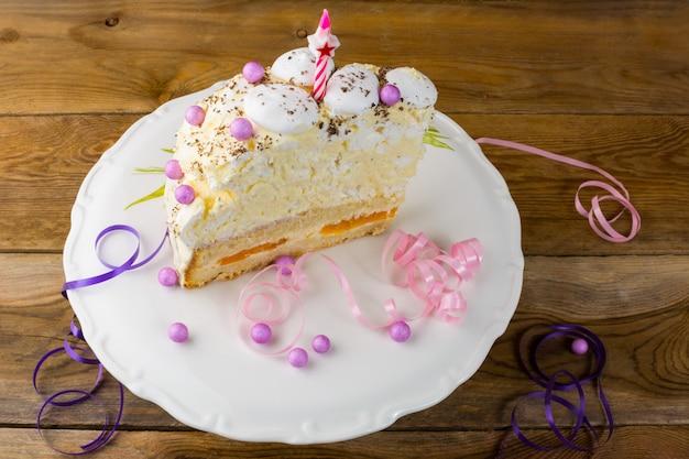 Bolo de merengue de aniversário no suporte do bolo