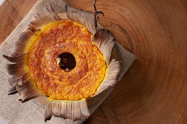 Bolo de milho na palha. bolo feito em casa. típico do brasil e da américa do sul. vista do topo. espaço para texto