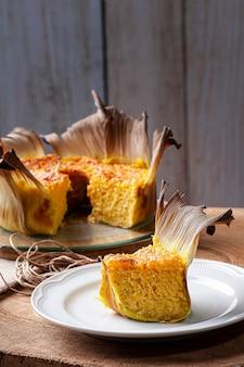 Bolo de milho na palha. bolo feito em casa. típico do brasil e da américa do sul.