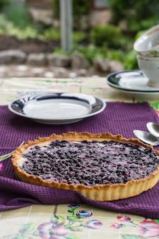 Bolo de mirtilo. torta de mirtilo com creme de queijo. pequeno-almoço ao ar livre. xícara de chá com berry