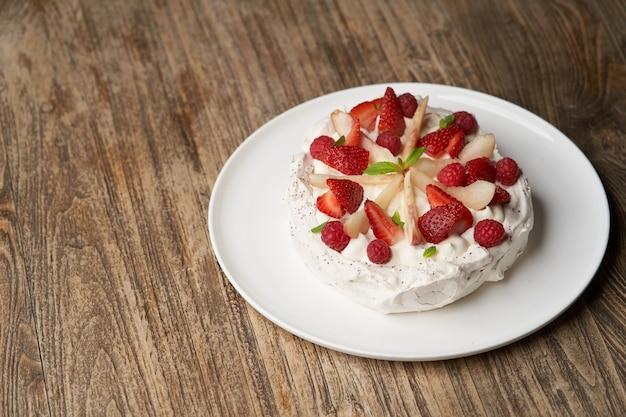 Bolo de morango com morangos frescos na chapa branca. sobremesa de restaurante de luxo