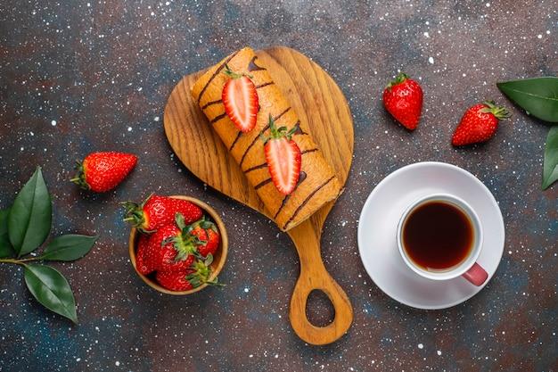 Bolo de morango delicioso rolo com morangos frescos, vista superior