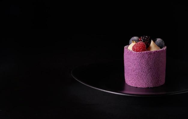 Bolo de mousse de bagas roxas com amora, mirtilo e framboesa em chapa preta