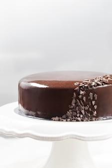 Bolo de mousse de chocolate com esmalte espelho em um carrinho de bolo