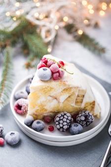 Bolo de natal com cranberries e decorações de natal em um.