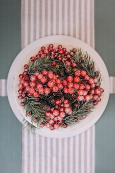 Bolo de natal decorado com bagas vermelhas