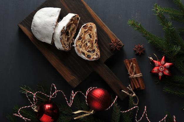 Bolo de natal tradicional com passas e nozes com galhos de árvores e brinquedos
