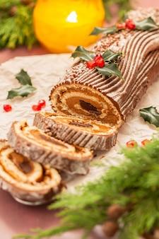 Bolo de natal tradicional de chocolate com decoração festiva