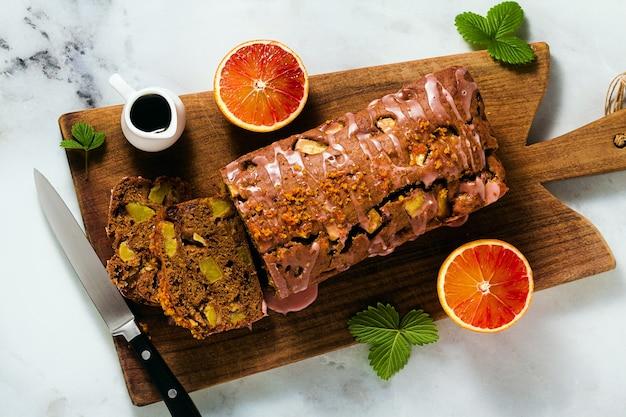 Bolo de pão caseiro vegan de maçã com cobertura e café expresso. café da manhã saudável ou lanche