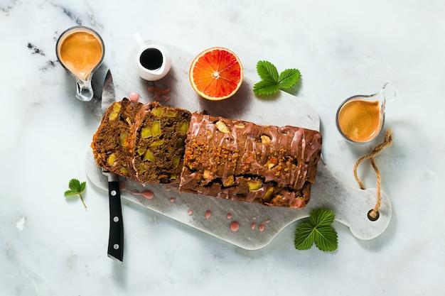 Bolo de pão caseiro vegan de maçã com cobertura e café expresso.