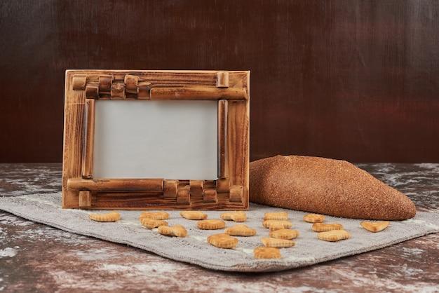 Bolo de pão com biscoitos em um pedaço de toalha.