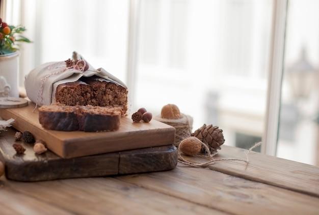 Bolo de pão com nozes e chocolate em uma placa de madeira