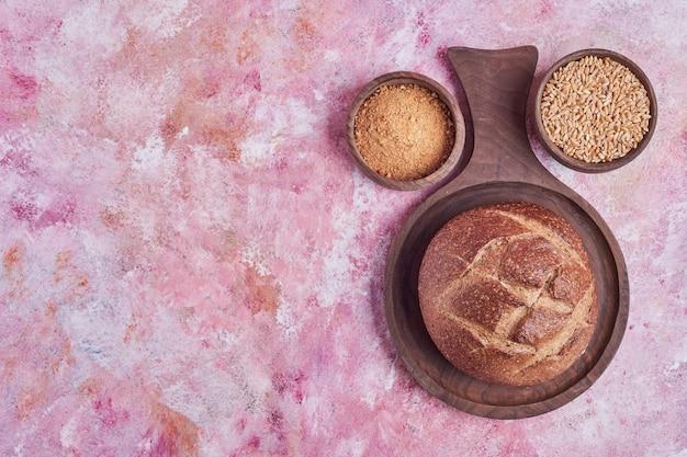 Bolo de pão com trigo integral e misturado.