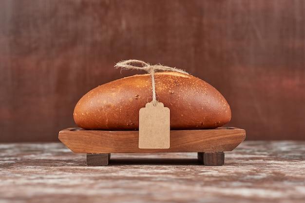Bolo de pão em mármore na placa de madeira.
