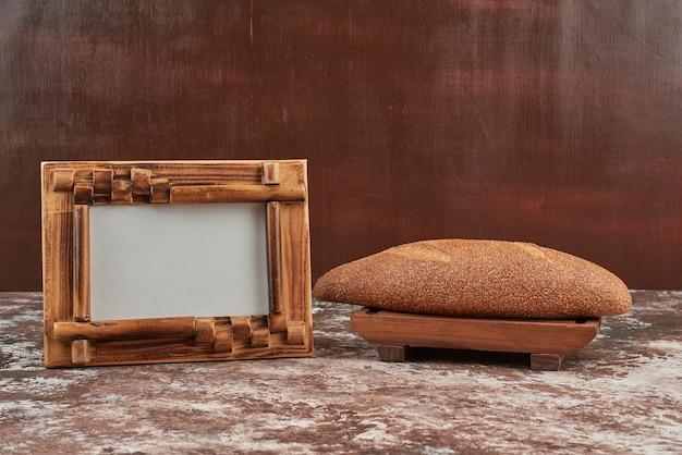 Bolo de pão na travessa de madeira.