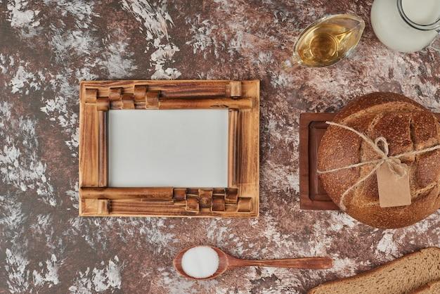 Bolo de pão numa travessa de madeira com ingredientes.