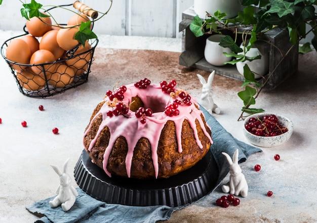 Bolo de páscoa. bolo kulich. babka tradicional. bolo para festa. conceito de páscoa panettone.