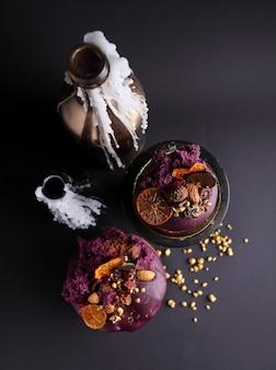 Bolo de páscoa com passas e frutas cristalizadas no esmalte é decorado com nozes, biscoito molecular e merengue
